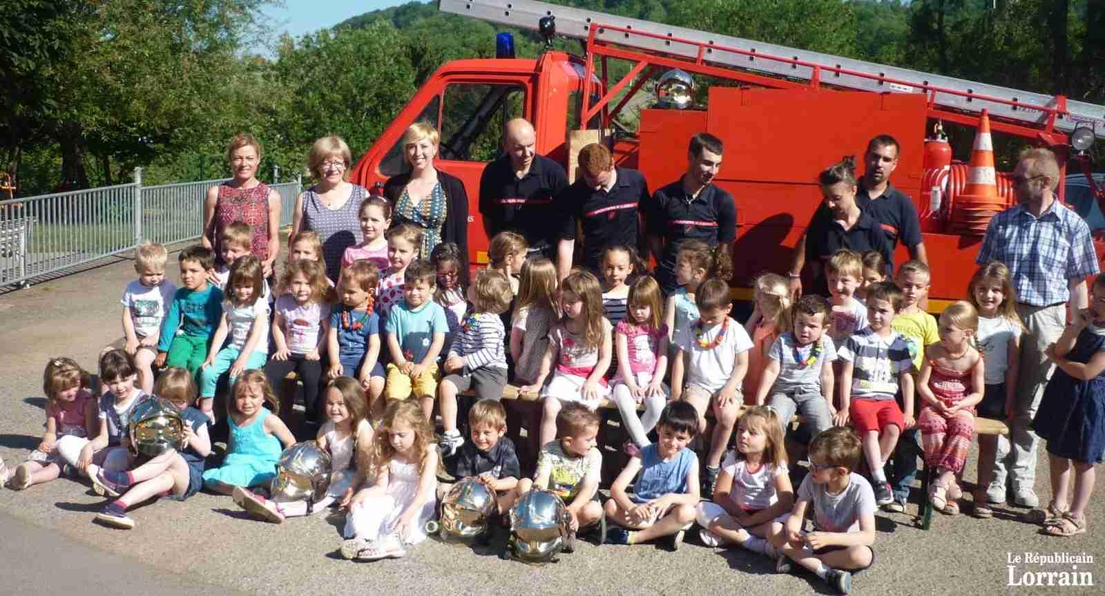 Enfants et adultes ont pose fierement devant le camion des pompiers photo rl 2